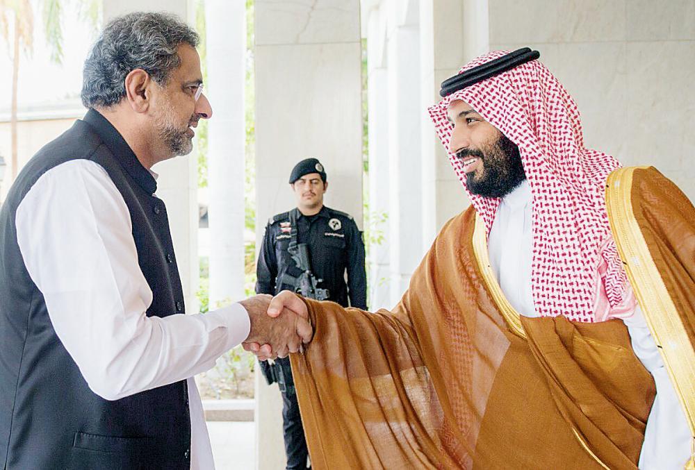 الأمير محمد بن سلمان ملتقيا رئيس وزراء باكستان خلال زيارته للمملكة أخيرا.  (عكاظ)