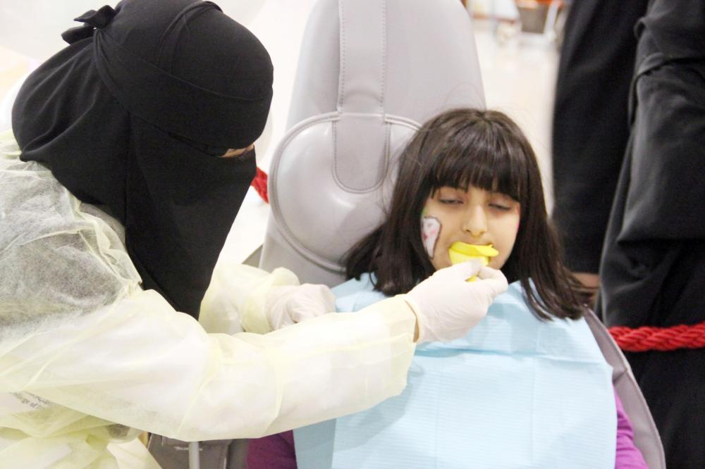 مرضى عنيزة يعانون من تباعد مواعيد عيادات الأسنان.