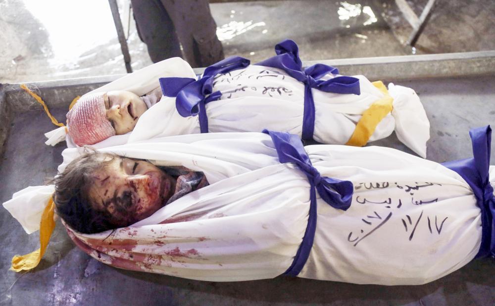 طفلان من ضحايا نظام الأسد. (عكاظ)