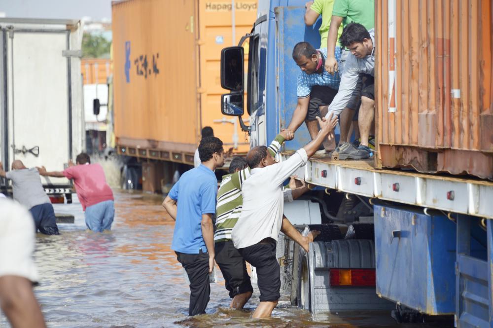 الفزعة تتسيد الموقف في أمطار جدة. (تصوير: ناصر محسن)