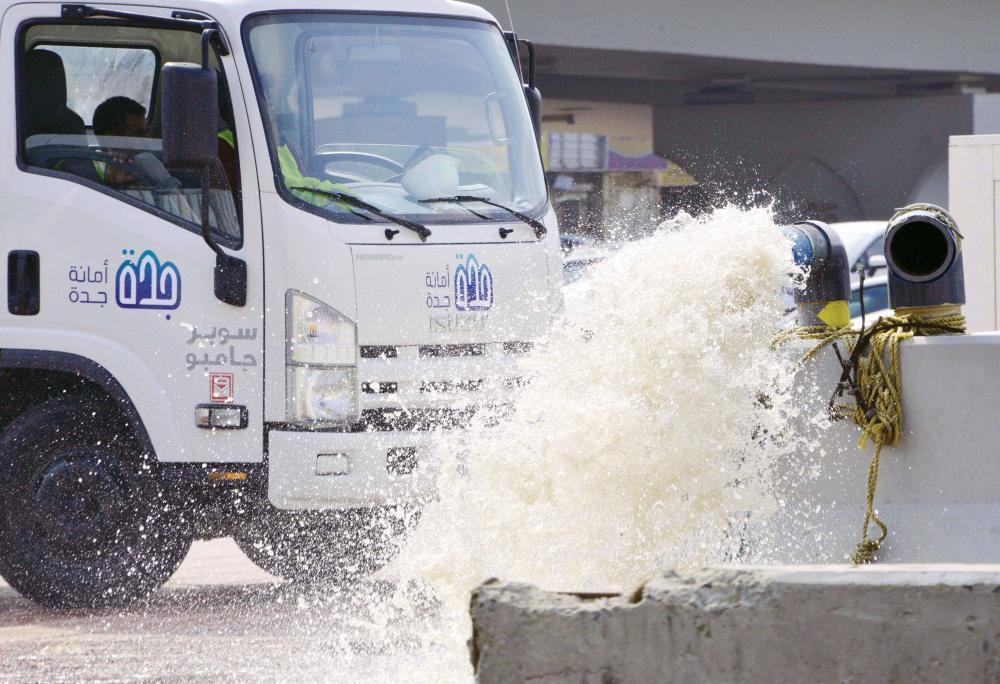 أعمال الشفط مستمرة في نفق الأمير ماجد.   (تصوير: عمرو سلام)