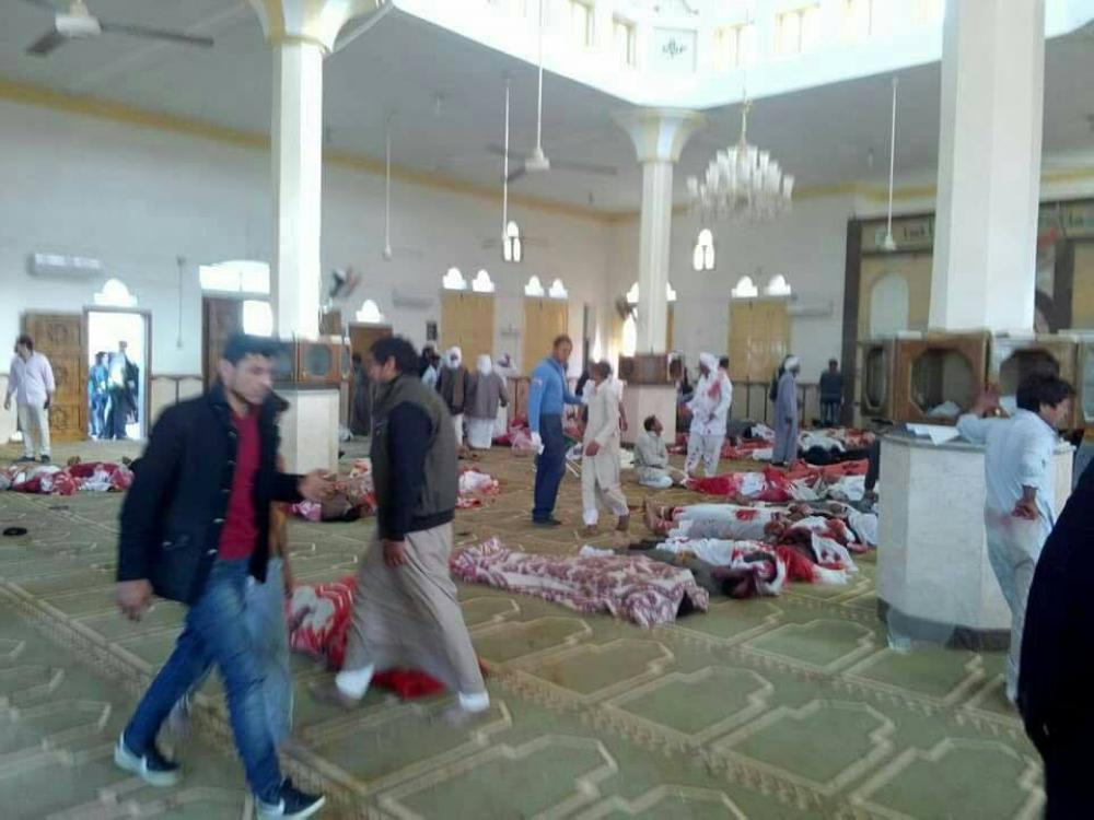 الإرهاب ينتهك حرمة المساجد.. والسيسي يتوعد بالثأر