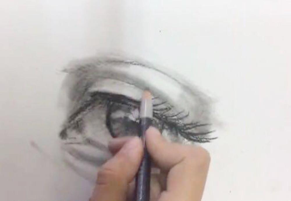 أمجاد المطيري أثناء ممارسة هواية الرسم.