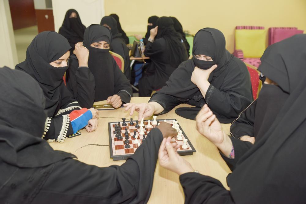 فتيات نادي الصم بجدة يمارسن هواية لعبة الشطرنج.