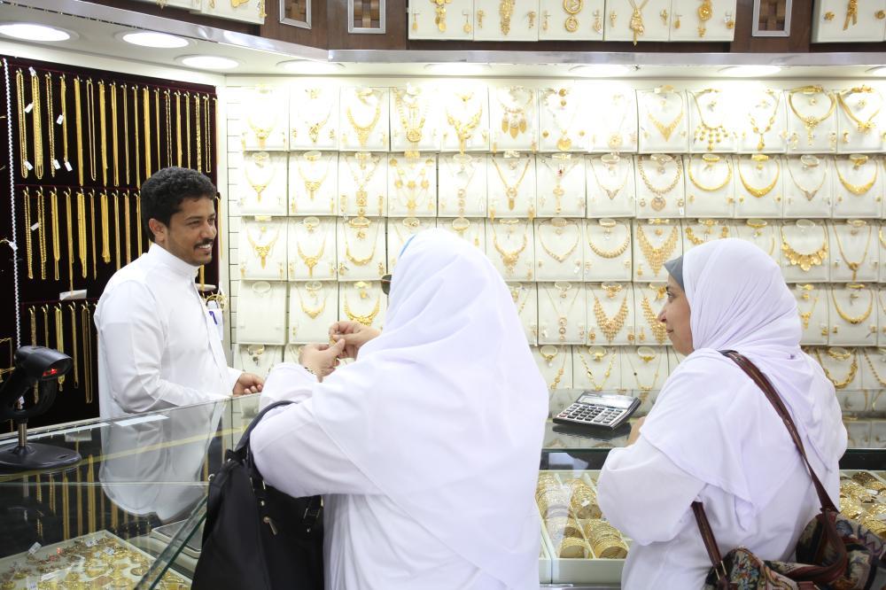 حاجات يتفاوضن مع أحد بائعي الذهب في المدينة