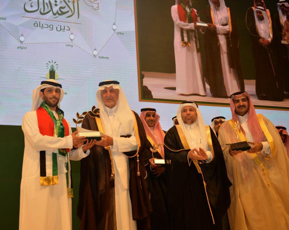 الأمير خالد الفيصل مكرما الفائزين والرعاة بجائزة الاعتدال. (عكاظ)