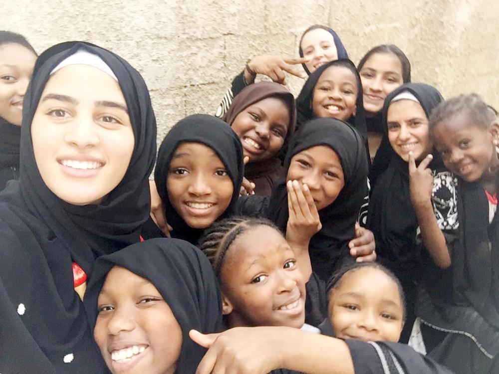 عائشة أبو العينين أثناء مهامها التطوعية مع الأيتام.