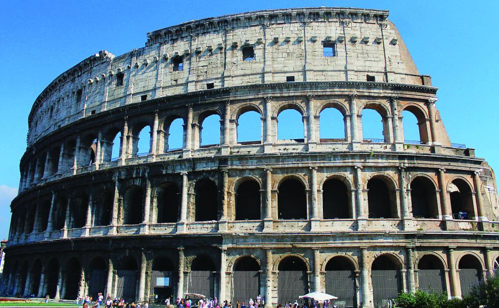 لقطات مختلفة ومن جهات متعددة للمدرج الفلافي الروماني (الكولوسيوم).