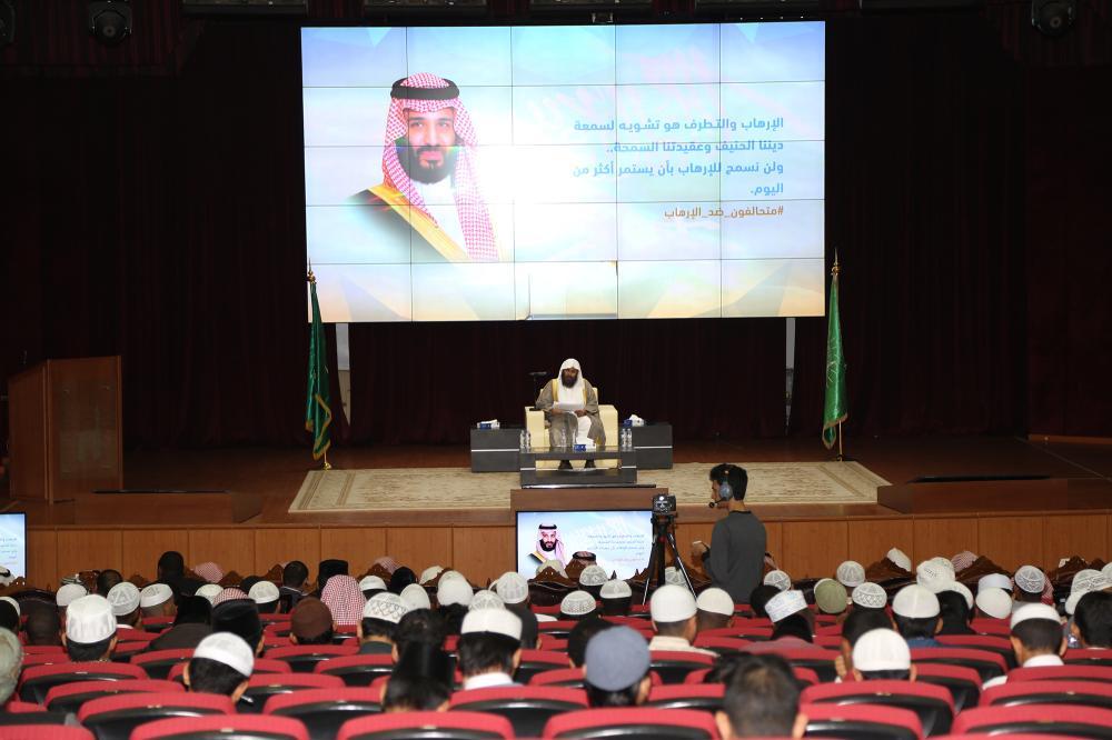 عبدالسلام السحيمي في ندوة «التنظيمات الحركية وخطرها على المسلمين» أمس. (عكاظ)