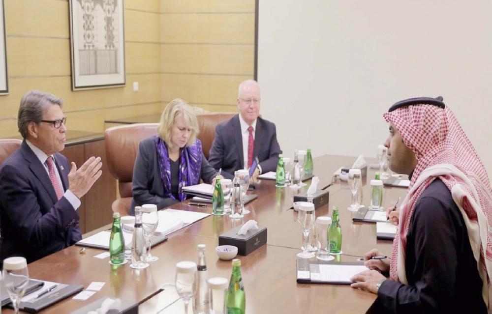 الوفد الأمريكي خلال استضافة الهيئة له في الرياض أمس (الأربعاء). (عكاظ)