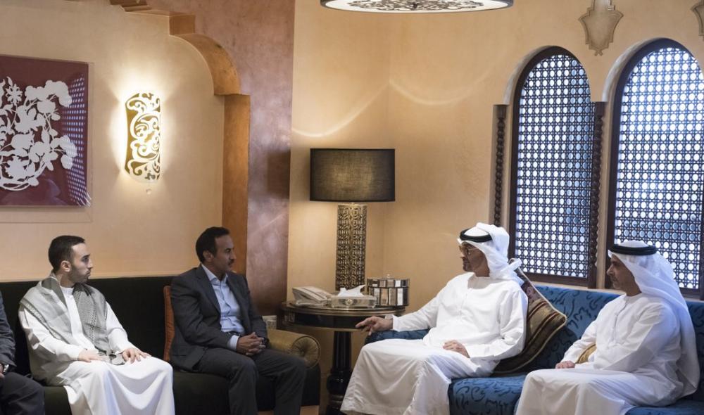 محمد بن زايد مقدماً العزاء إلى أحمد علي صالح في مقر إقامته بأبوظبي أمس أمس