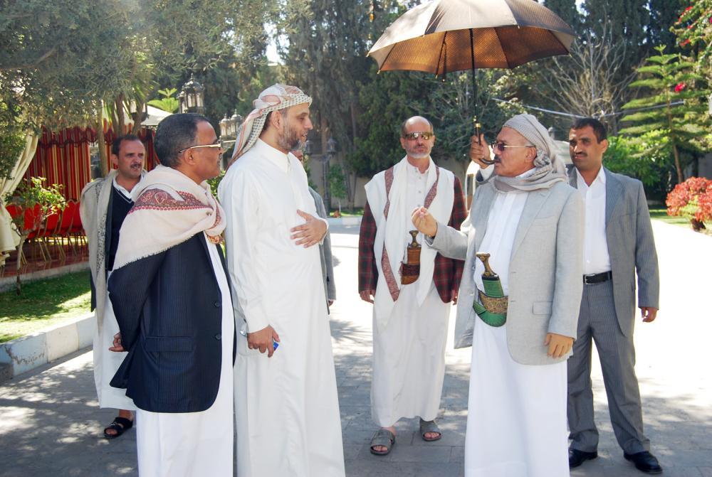 الرئيس الراحل علي صالح مستقبلا الزميل فهيم الحامد في منزله بصنعاء عقب تسليمه السلطة عام 2013. (عكاظ)