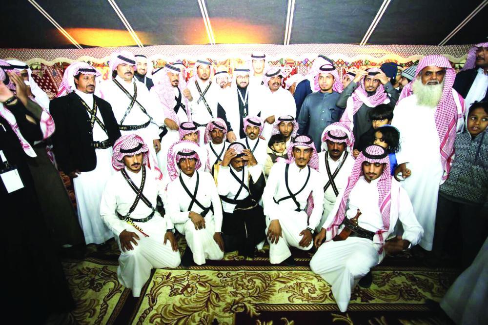 مدير جامعة طيبة يزور مهرجان «ناركم حيّة» بالصويدرة. (عكاظ)
