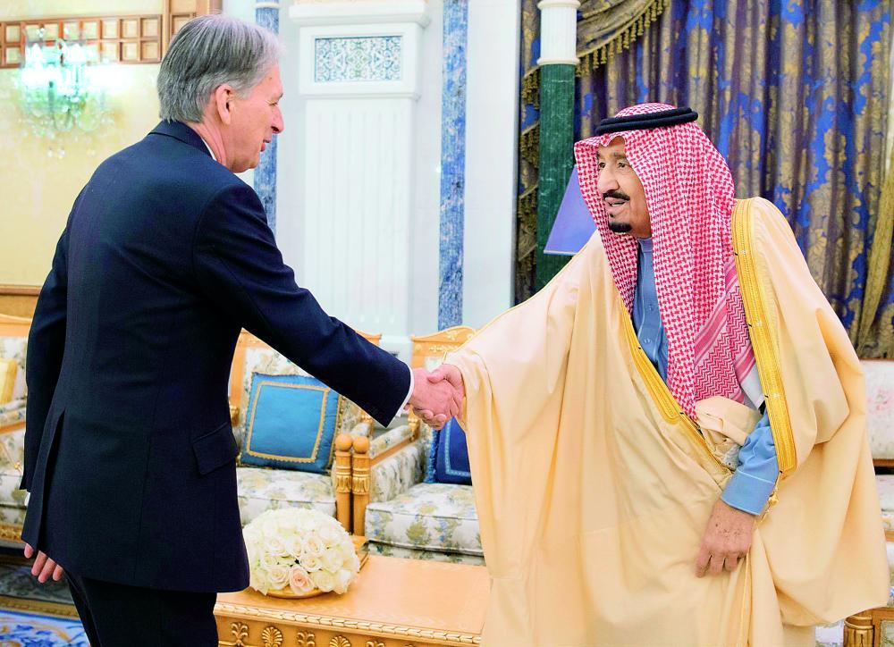 الملك سلمان مرحبا بفيليب هاموند أمس في الرياض. (واس)