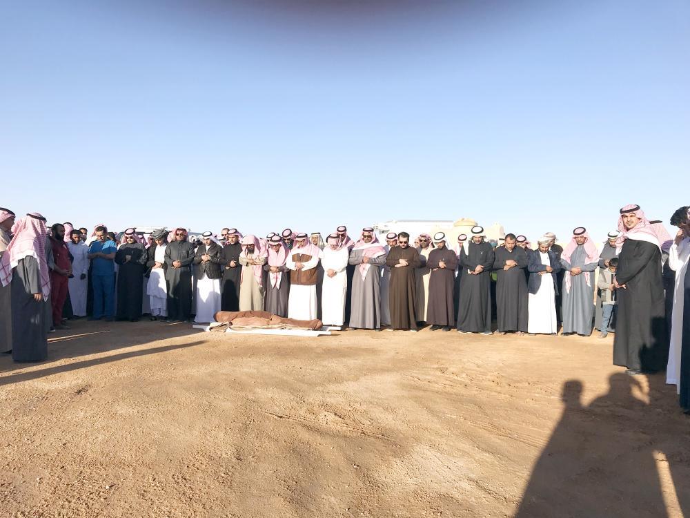 مشيعو الراحل يؤدون صلاة الجنازة داخل المقبرة. (تصوير: عبدالعزيز الجابر، وماجد الدوسري)