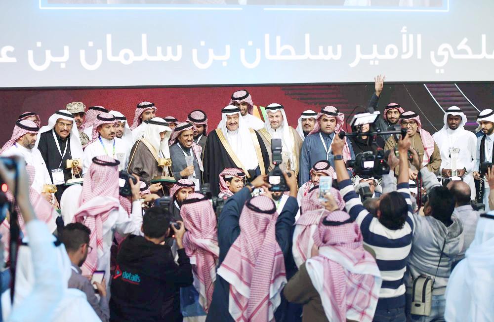 سلطان بن سلمان يكرم المشاركين في «ألوان السعودية»