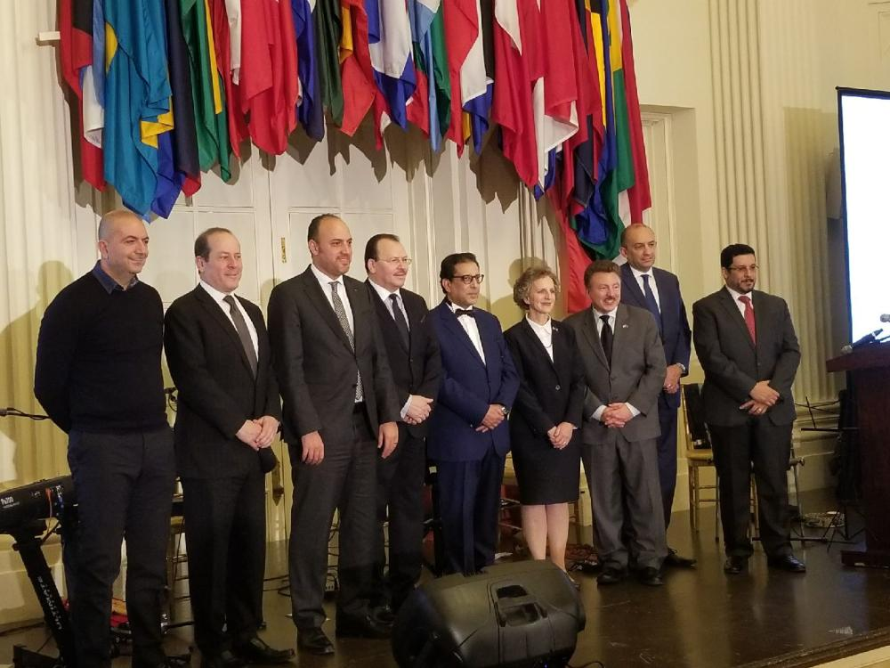 صورة جماعية للمتحدثون في الملتقى