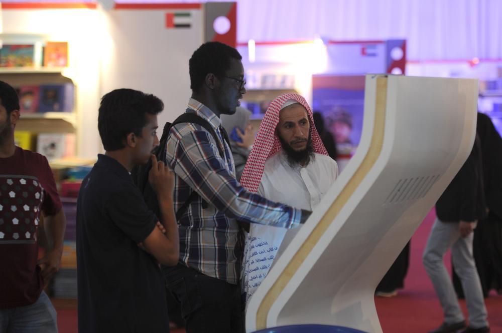 تسهيل القراءة.. منصات تقنية لنقل الكتب وتوزيعها في معرض جدة