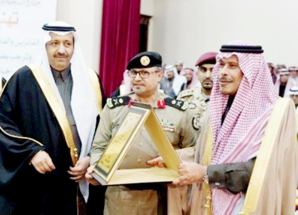 الأمير حسام بن سعود مكرما الشرطة. (عكاظ)