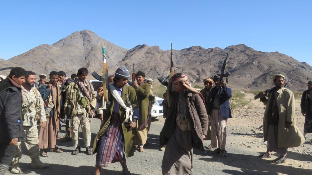 أفراد من المقاومة يرقصون احتفالاً بالانتصارات التي تحققت على الميليشيات الحوثية في محافظة شبوة أمس. (مركز إعلام سبأ)