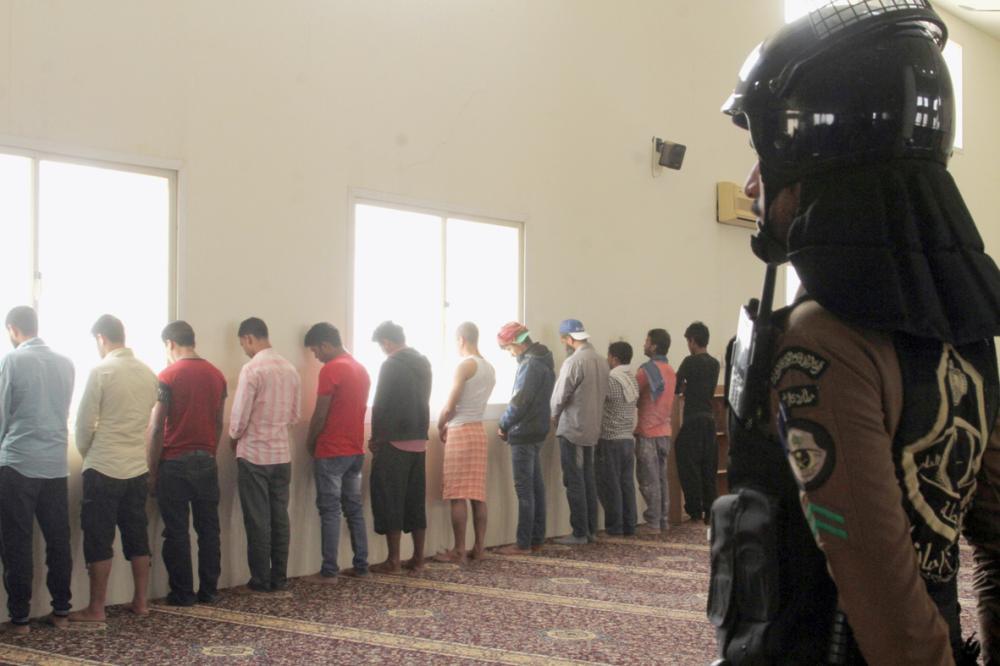 عدد من المضبوطين في إحدى الحملات الأمنية بالرياض.  (تصوير: عبدالعزيز اليوسف)