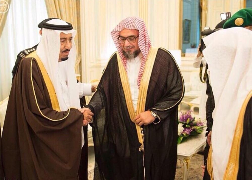 خادم الحرمين الشريفين مصافحا الشيخ محمد أمين مرداد خلال استقباله عددا من العلماء.