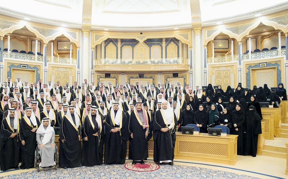 خادم الحرمين الشريفين متوسطا أعضاء وعضوات مجلس الشورى بعد خطابه السنوي الأسبوع الماضي.