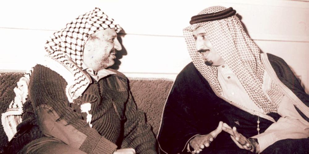 خادم الحرمين الشريفين الملك سلمان بن عبدالعزيز يناقش الرئيس الفلسطيني الراحل ياسر عرفات