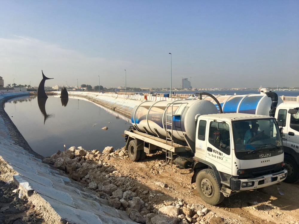 الأمانة تشفط مياه بحيرة السمكة تمهيدا لإعادة تأهيلها. (تصوير: المحرر)