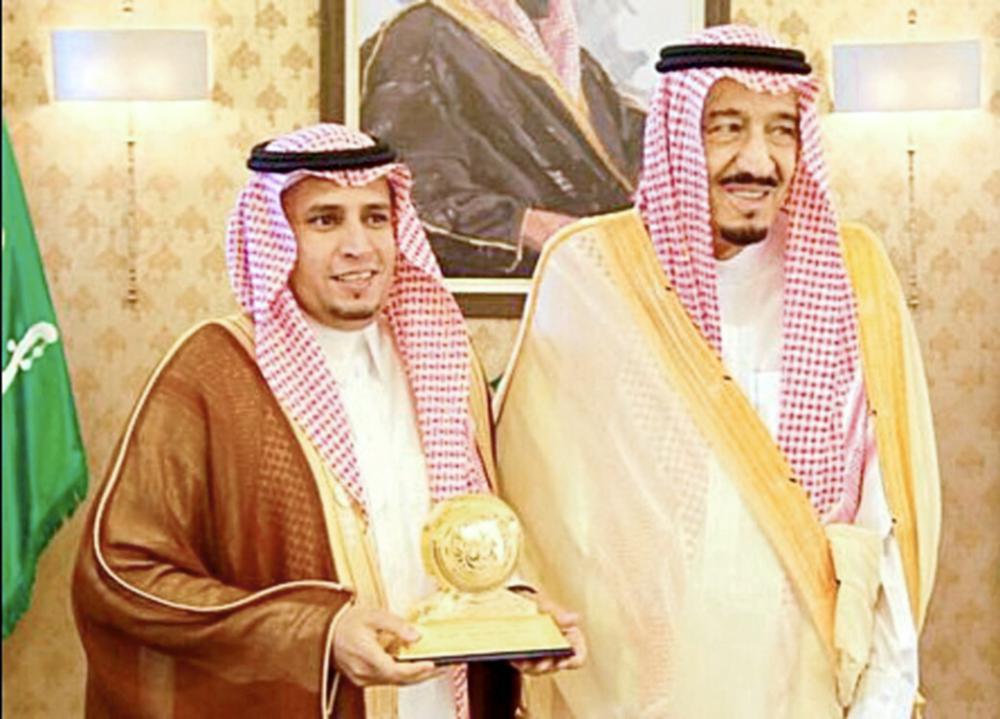 خادم الحرمين الشريفين الملك سلمان بن عبدالعزيز مع عبدالهادي الحبابي في إحدى المناسبات. (عكاظ)