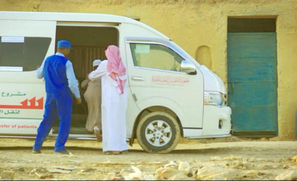 نقل المرضى إلى مستشفيات المنطقة عبر حافلات تفتقد للأجهزة الطبية. (عكاظ)