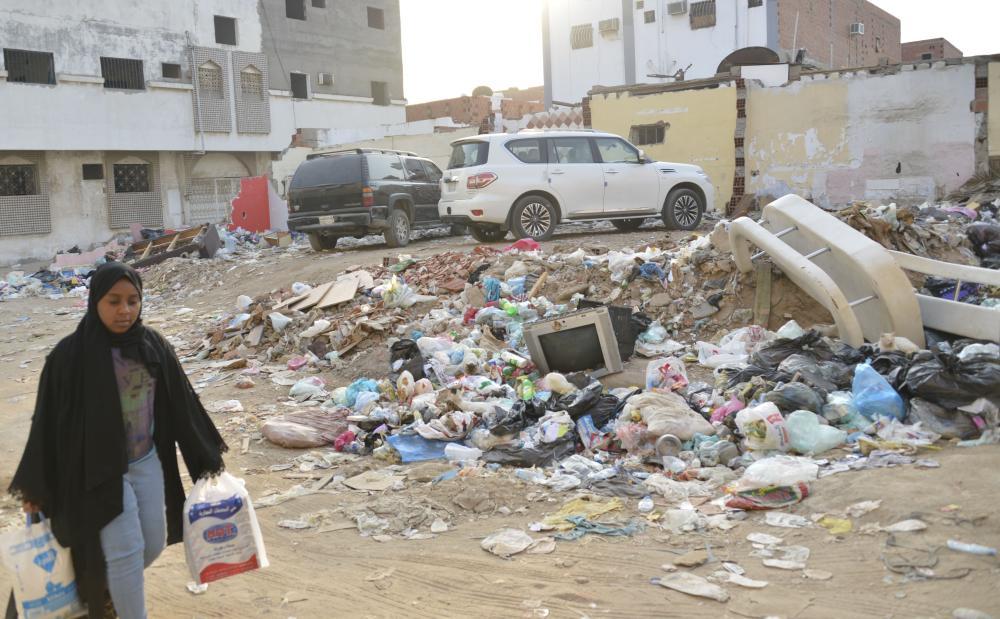 منازل متهالكة ونفايات تنتشر في شوارع غليل. (عكاظ)