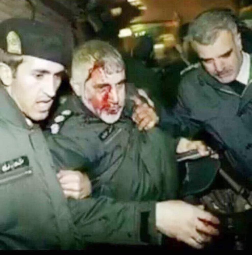 ضابط إيراني أصيب على أيدي المتظاهرين. (متداولة)