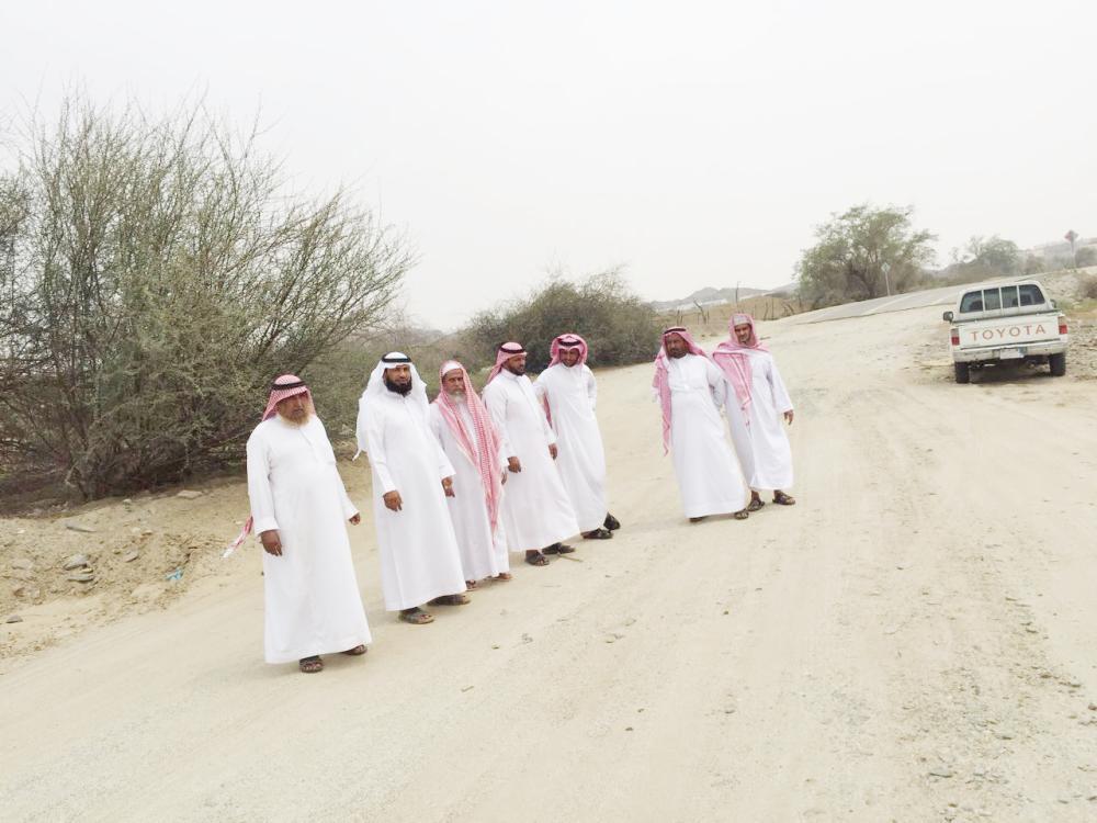 سكان القرية يروون لـ «عكاظ» معاناتهم من طريقهم المتهالك.