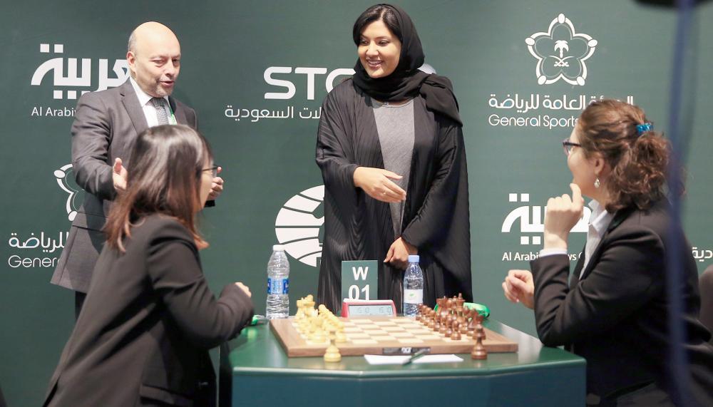 الأميرة ريما بنت بندر في حديث ودي مع متسابقتين.