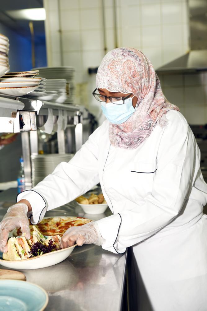 الشيف فيفي محمد أثناء تجهيز طلب وجبة غذائية.  (تصوير: أمل السريحي) amalalseraihy@