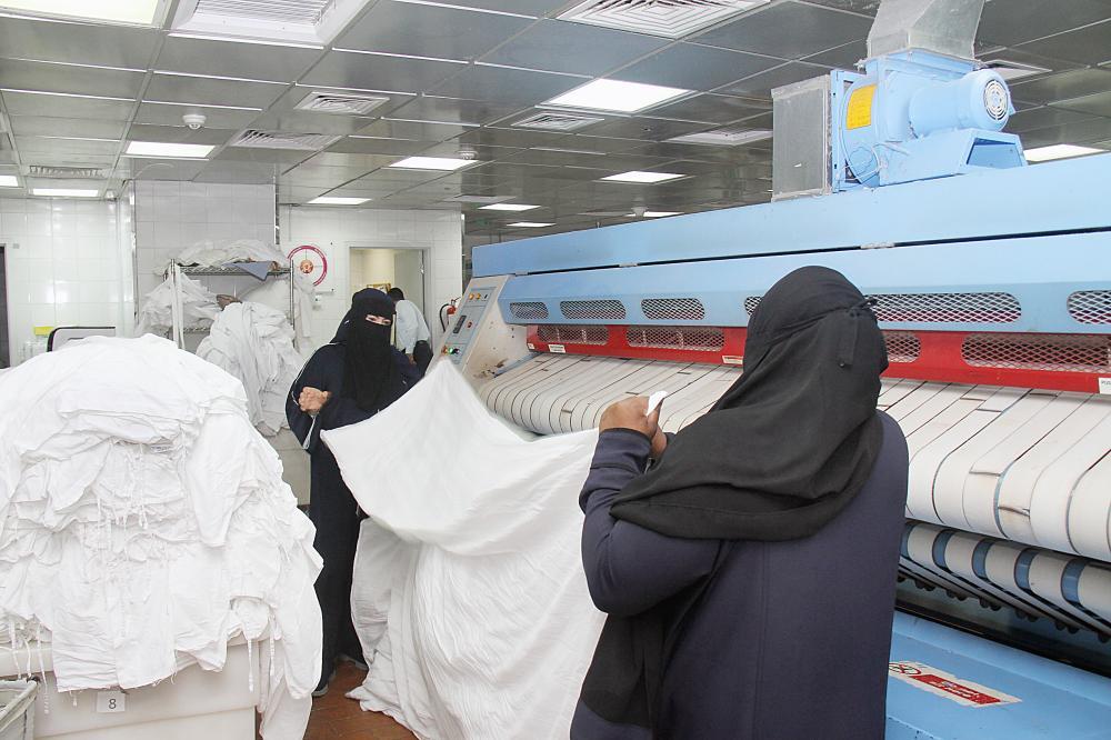 موظفات في قسم النظافة بأحد فنادق المدينة المنورة. (تصوير: بندر الترجمي)