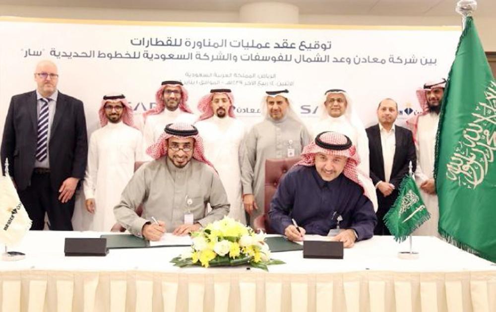 الرشيدي والمالك خلال توقيع عقد عمليات المناورة للقطارات. (عكاظ)