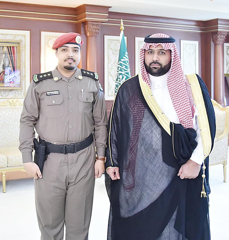 الأمير محمد بن عبدالعزيز مع النقيب الزهراني. (عكاظ)