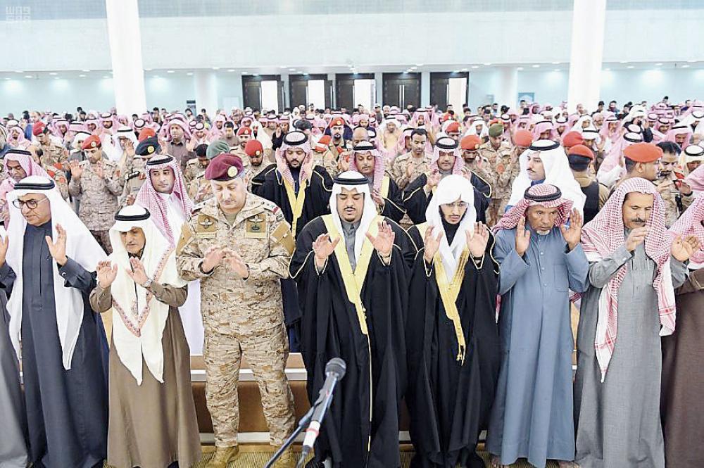 أداء الصلاة على الشهيدين عصر أمس في الرياض. (عكاظ)