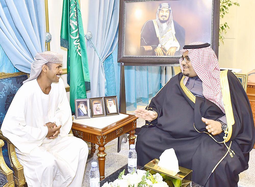 الأمير تركي بن هذلول مستقبلا المقيم السوداني. (عكاظ)