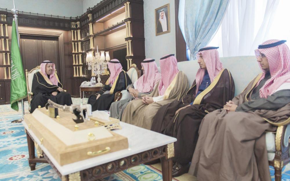 أمير الباحة مستعرضاً المشاريع السياحية.  (عكاظ)