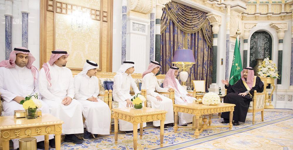 الملك سلمان مستقبلا ذوي الشيخ محمد عبدالله الجيراني أمس في الرياض. (واس)