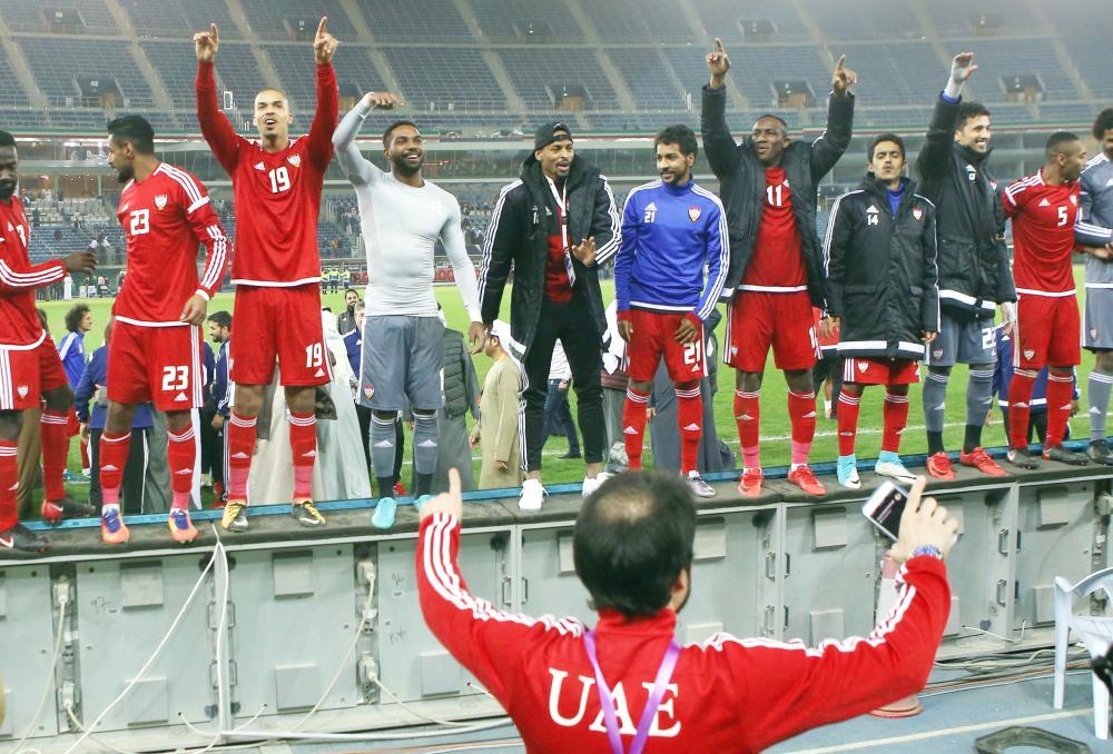 فرحة لاعبي المنتخب الإماراتي الشقيق بالتأهل لنهائي «خليجي 23». (أ.ف.ب)