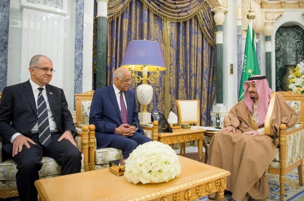 خادم الحرمين يستعرض العلاقات مع رئيس مجلس النواب المصري