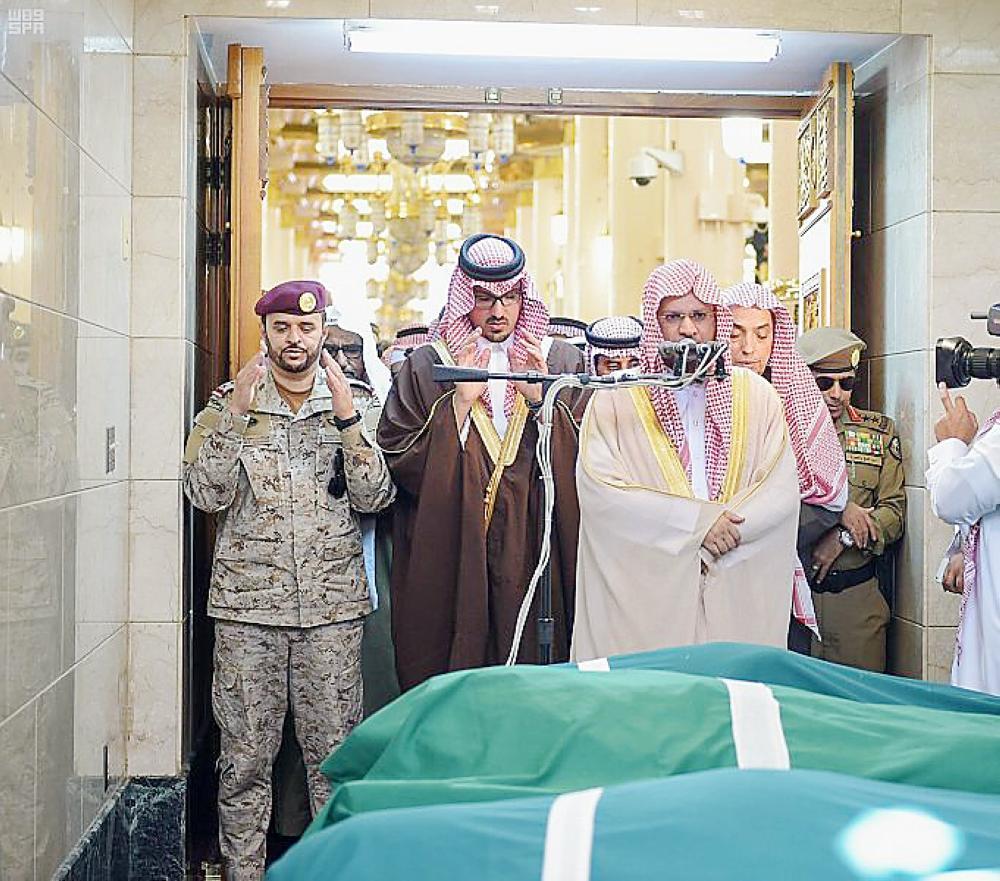 الأمير سعود بن خالد مؤديا الصلاة على الشهيد. (عكاظ)