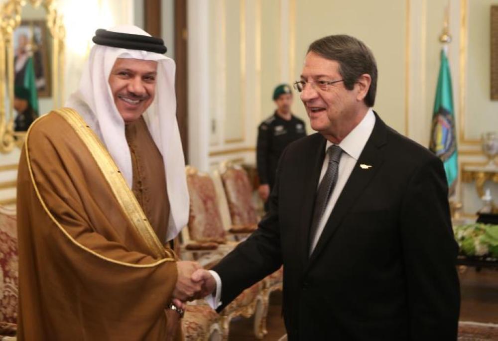 الرئيس القبرصي مصافحا عبد اللطيف الزياني. «عكاظ»