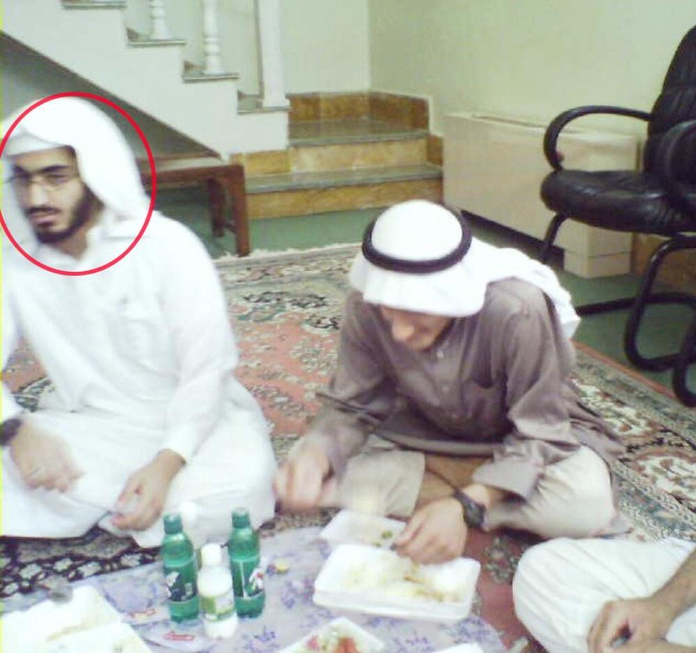 أبناء زعيم القاعدة محمد، ولادن، وفي أقصى اليسار حمزة.