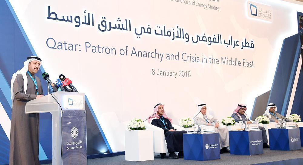 الشيخ عبدالله بن أحمد متحدثاً في منتدى «دراسات» أمس في البحرين. (بنا)
