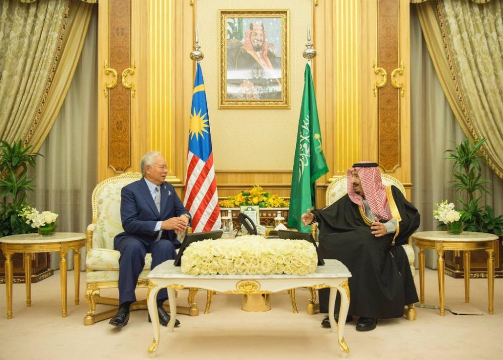 خادم الحرمين يستعرض «الثنائية» والمستجدات مع رئيس وزراء ماليزيا